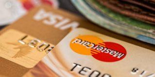 Karta kredytowa czy debetowa – jak wybrać, a może obydwie? Porady